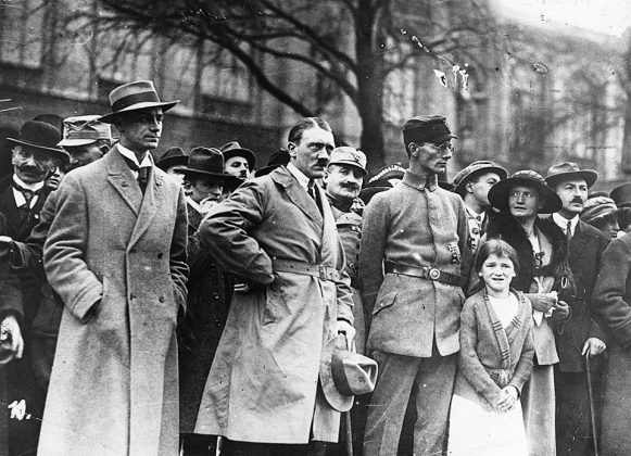 Розенберг (слева) рядом с Гитлером во время Мюнхенского путча. 1923 год