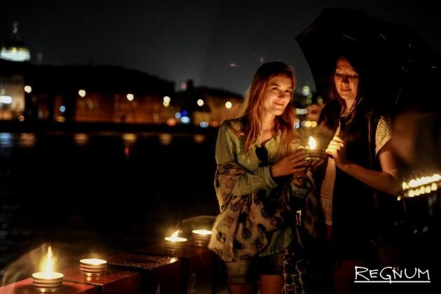 «Линия памяти»: москвичи зажгли тысячи свечей — фоторепортаж