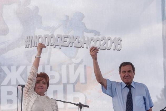 Главу Новосибирской области просят поменять сенатора