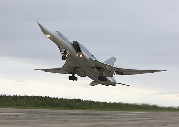 Минобороны публикует видео авиаудара стратегической авиации ВКС РФ по ИГ