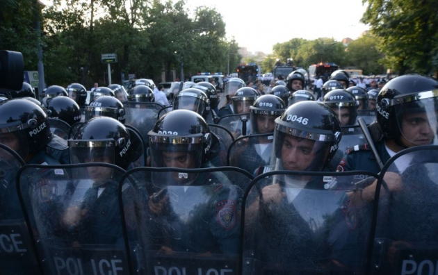 Армянские правозащитники требуют освободить задержанных полицейскими оппозиционных активистов