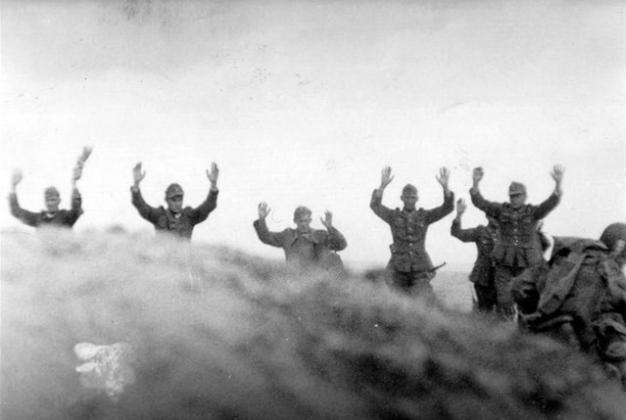 Интернет-мем: немцы двумя руками голосуют за переименование Кёнигсберга в Калининград, 1945 г