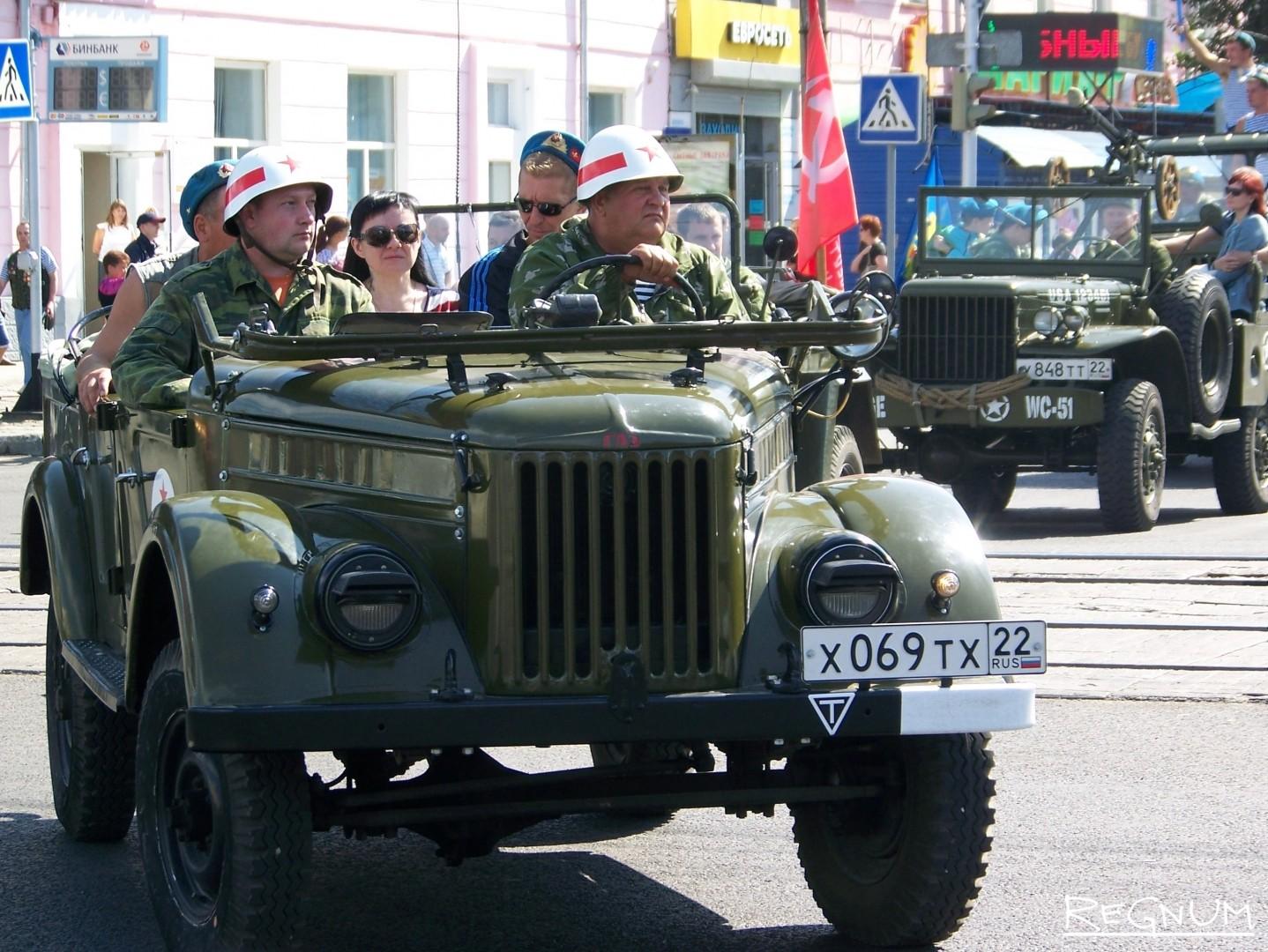Военная техника с десантниками движется к Мемориалу Славы в Барнауле. День ВДВ