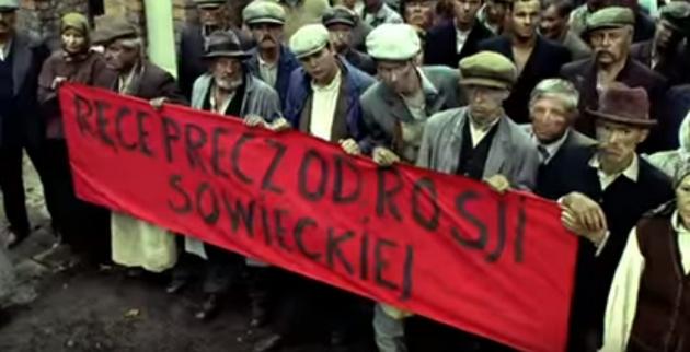 Надпись на транспаранте гласит — «Руки прочь от Советской России»