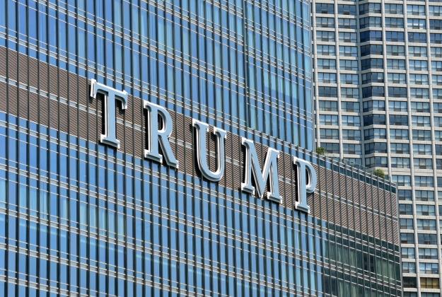 Экстремала, пытавшегося взобраться на небоскрёб Трампа, привлекли к суду