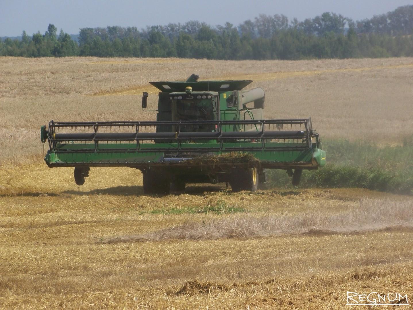 Техника пылит в поле агрохолдинга «Гудвилл» в Советском районе Алтайского края