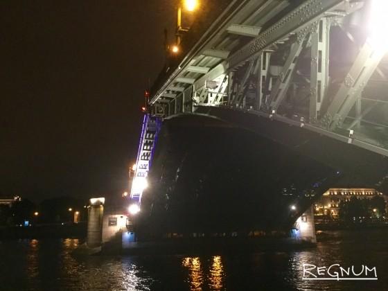 Мост двойного назначения: «крылатый» символ Петербурга отмечает столетие