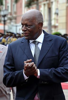 Президент Анголы переизбран лидером своей партии