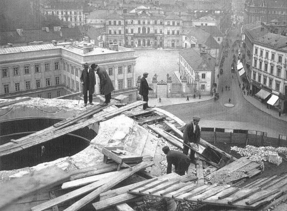 Жители Варшавы на руинах Александро-Невского православного собора. 1926 год
