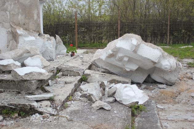 Изуродованный памятник генералу Черняховскому в Пененжно. Май 2016 года