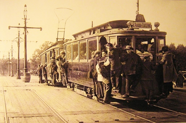 Переполненный петербургский трамвай с зацеперами. 1933 год