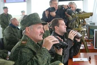 Александр Лукашенко и Дмитрий Медведев наблюдают за военными учениями