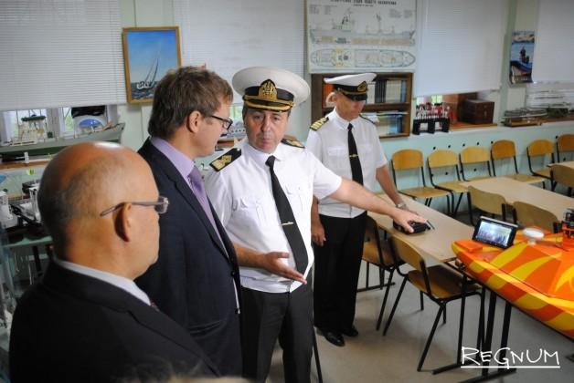 Директор Нижегородского детского речного пароходства Владимир Дьяков знакомит гостей с разработками воспитанников