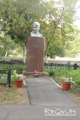 Памятник герою-молодогвардейцу Олегу Кошевому, как и в советские времена ухожен, а у его подножия цветы