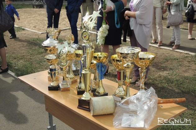 На снимке кубки и награды, которые получили лицеисты за последний учебный год.