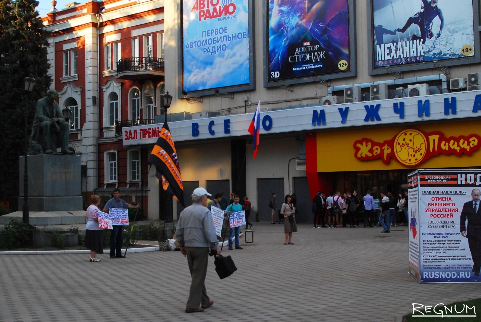 Площадка перед «Пролетарием» была заставлена предвыборной агитацией от разных партий