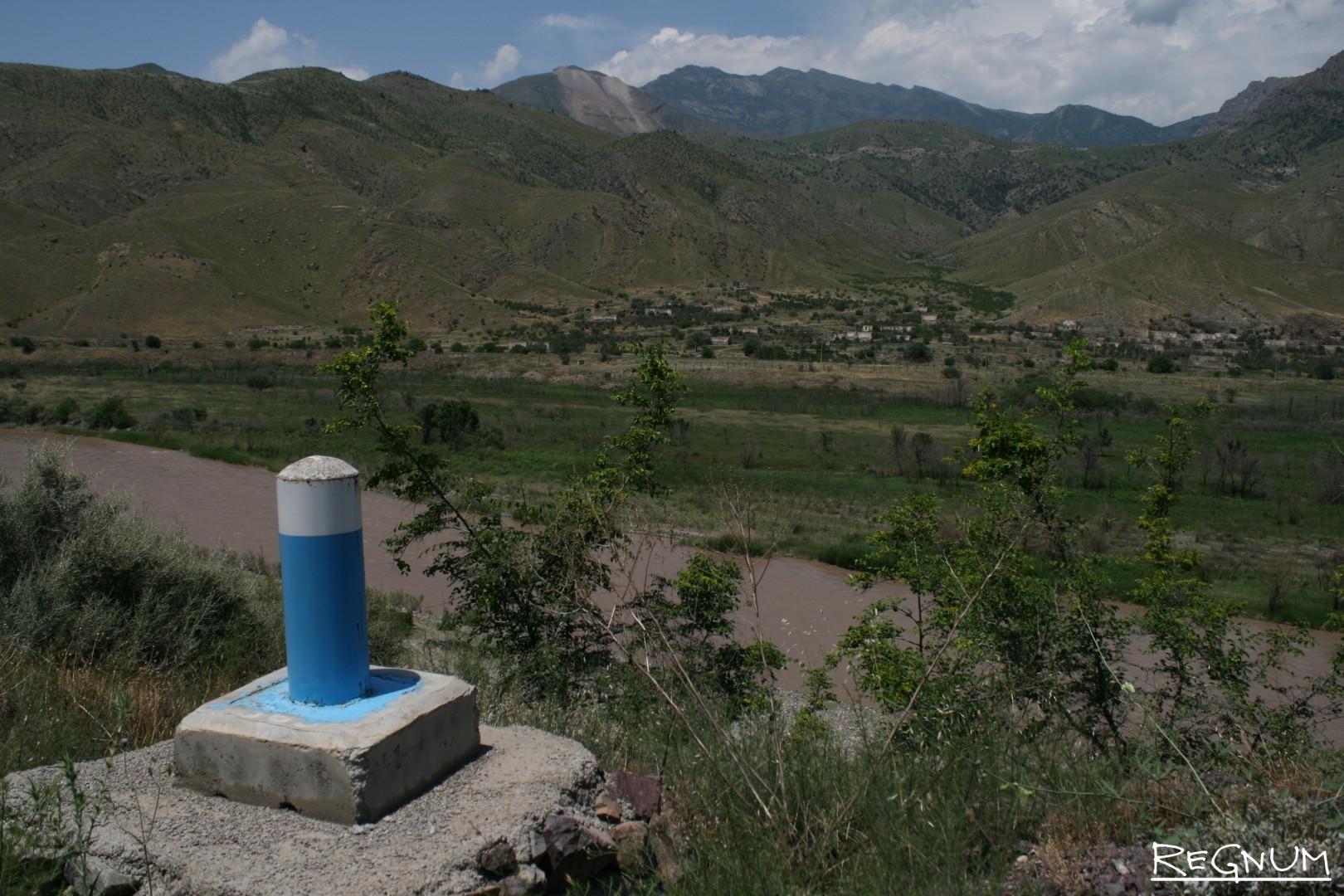 Иран, провинция Западный Азербайджан. Столбик — граница. За рекой — территории, контролируемые Нагорным Карабахом