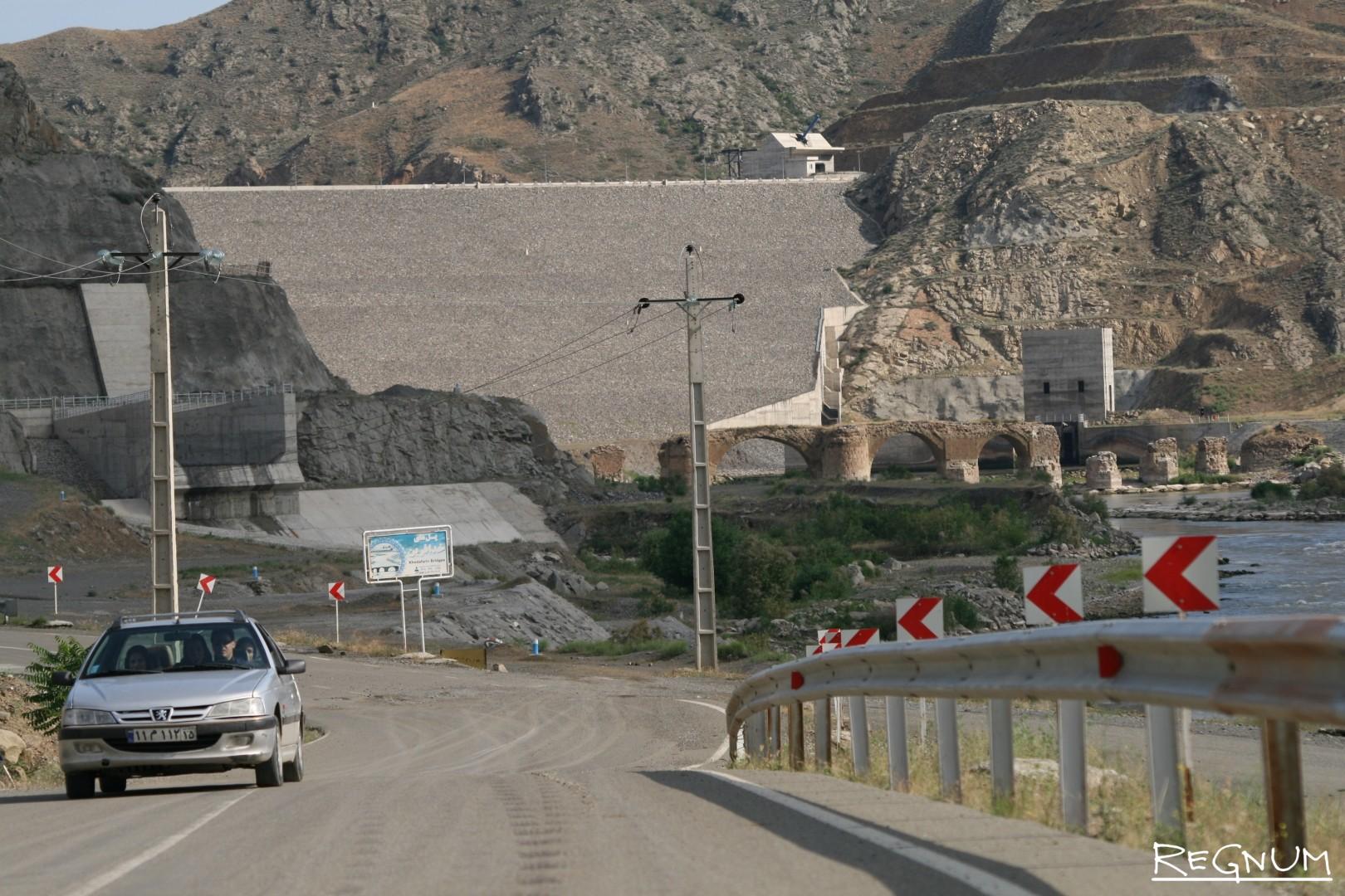 Один из двух Худаферинских мостов. Вид с южного, иранского берега Аракса Худаферинские мосты и одноименная ГЭС.