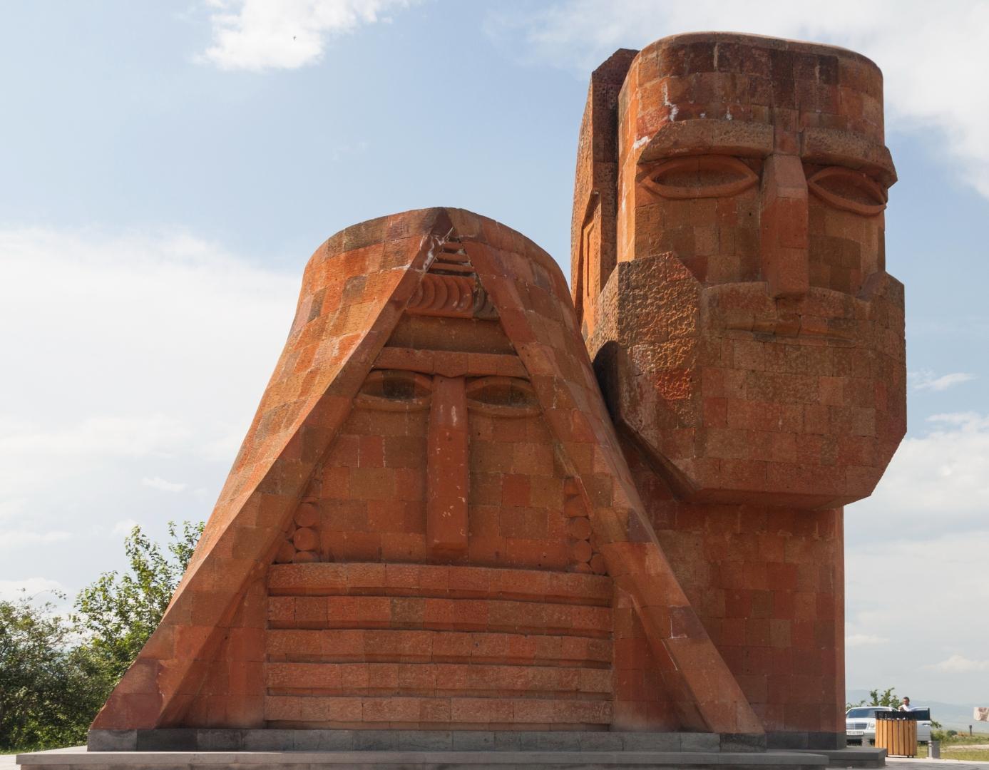 Мы — наши горы.  Монумент на вершине холма при въезде в город Степанакерт
