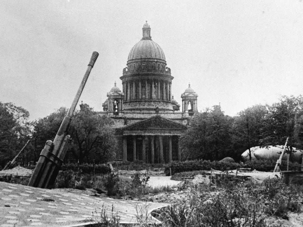 Зенитная батарея у Исаакиевского собора в блокадном Ленинграде. 1942 г