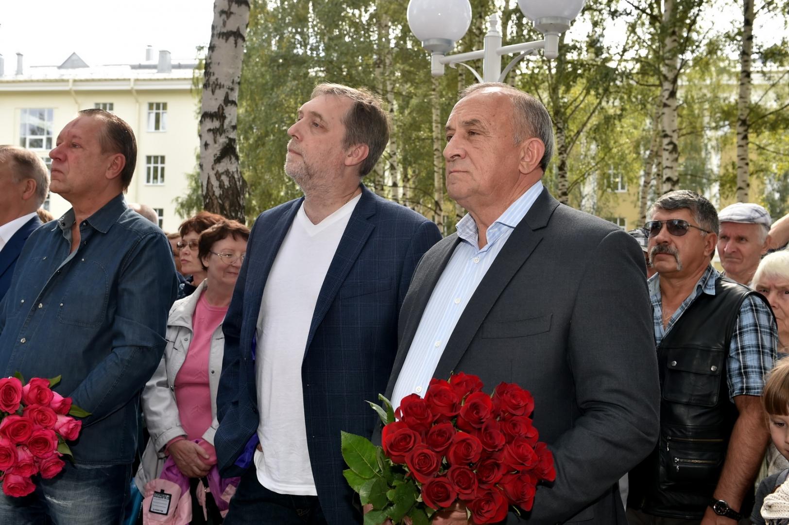 Глава Удмуртии Александр Соловьев и Никита Высоцкий на церемонии открытия памятника