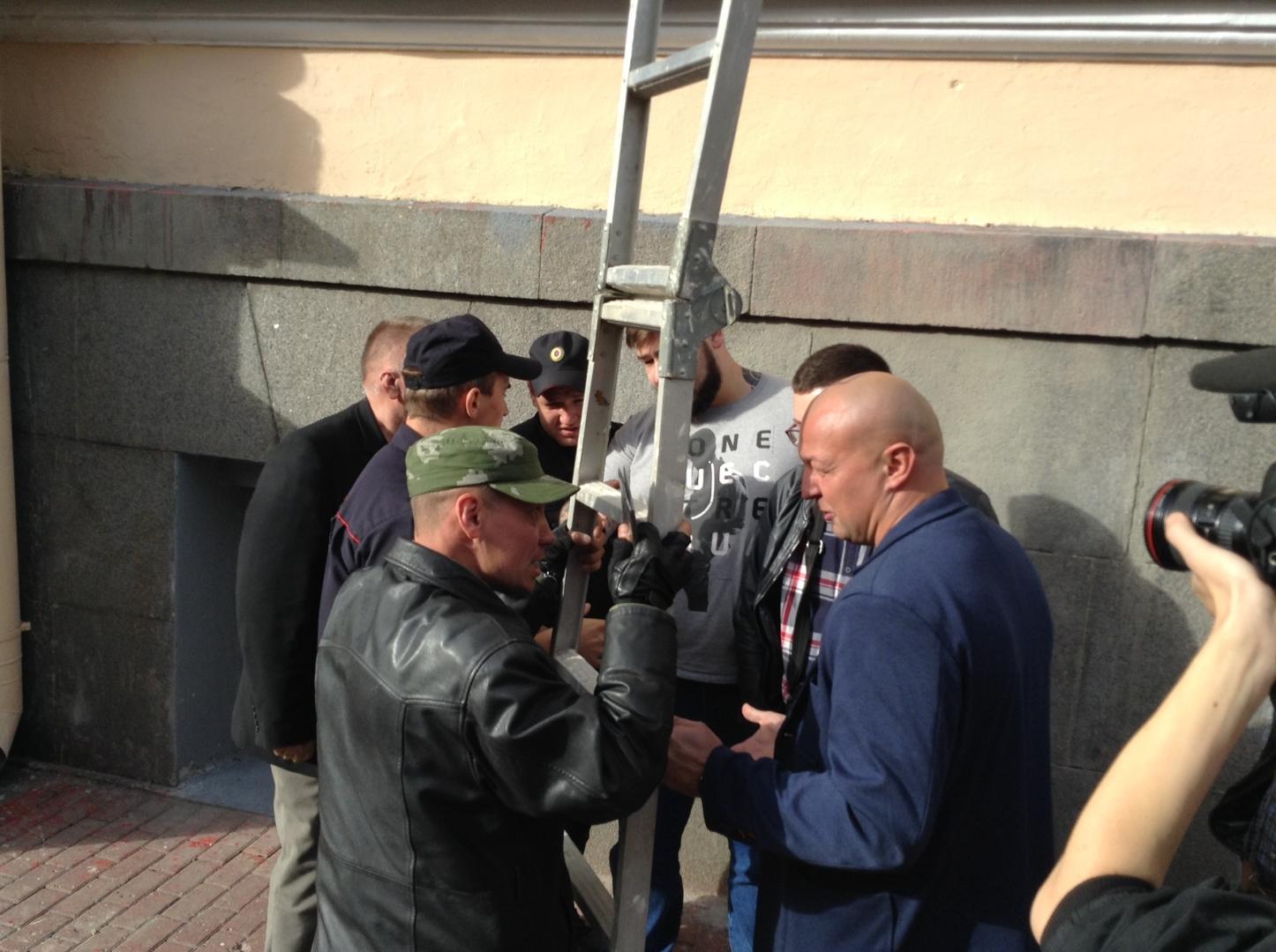 Группа неизвестных лиц вступила в перебранку с пикетчиками