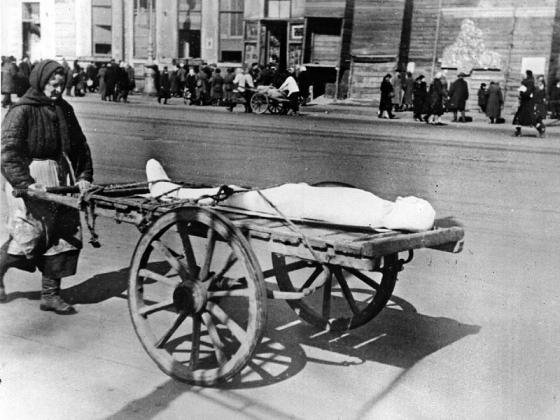 Женщина везёт умершего в дни блокады Ленинграда