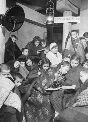 Дети в бомбоубежище во время налёта авиации