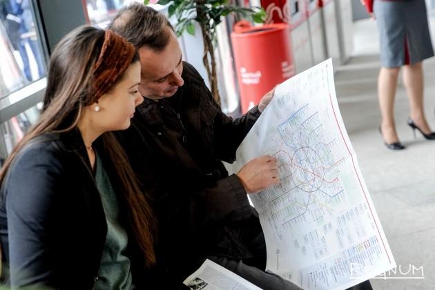 Пассажиры изучают обновленную схему московского метрополитена и МЦК