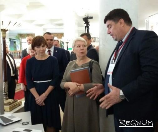 Министру образования РФ вручили чувашскую куклу, а под ноги бросили планшет