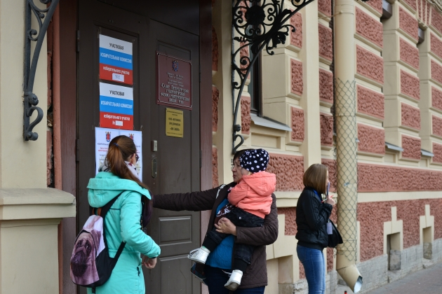 Низкую явку в Петербурге объяснили «теплой погодой»
