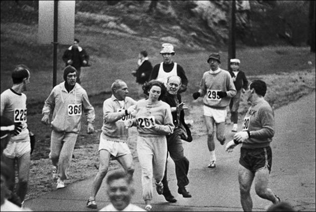 Кэтрин Швитцер выталкивают с Бостонского марафона-1967