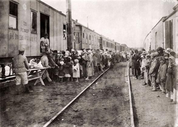 Очереди за едой у врачебно-питательного поезда