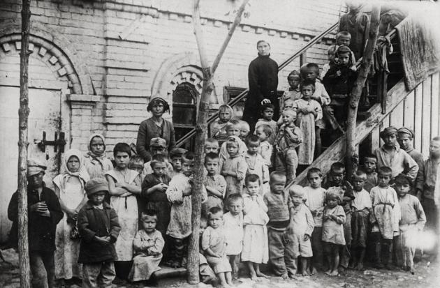 Беспризорники с воспитательницей во время голода в Поволжье