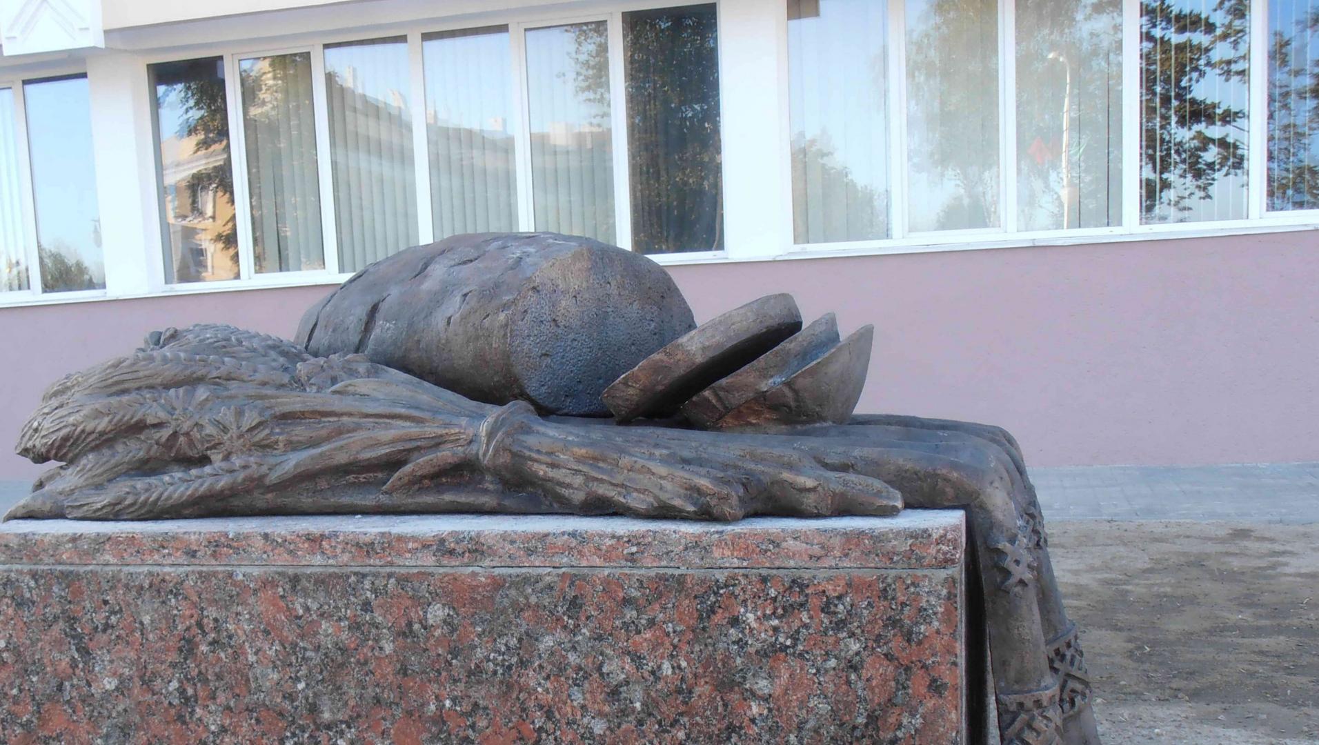 Памятник хлебу в Пинске (Белоруссия)