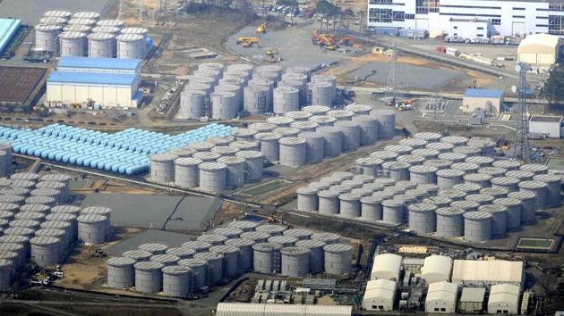 Платиковые резервуары с радиоактивной водой на площадке японской АЭС Фукусима