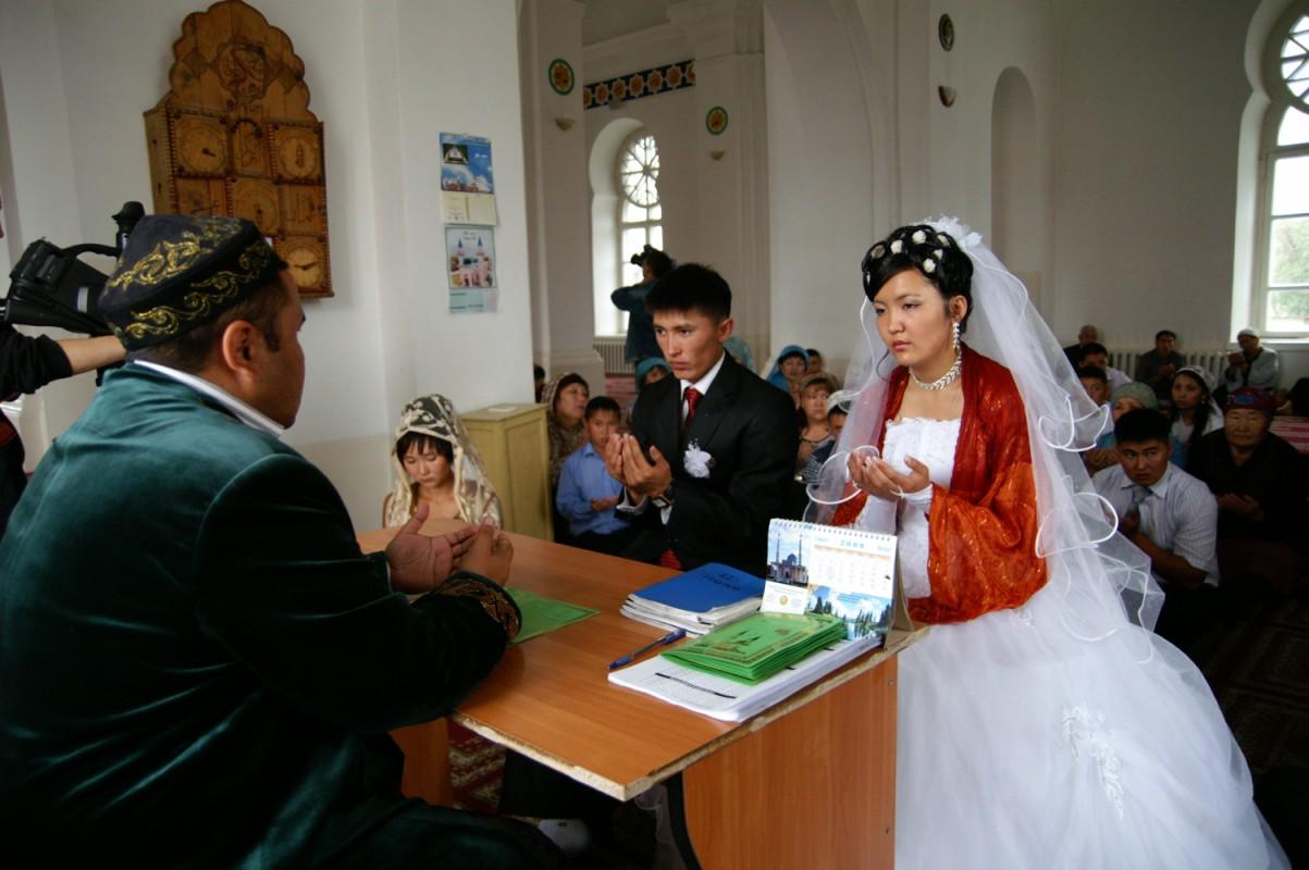 Бракосочетание молодых казахов в мечети