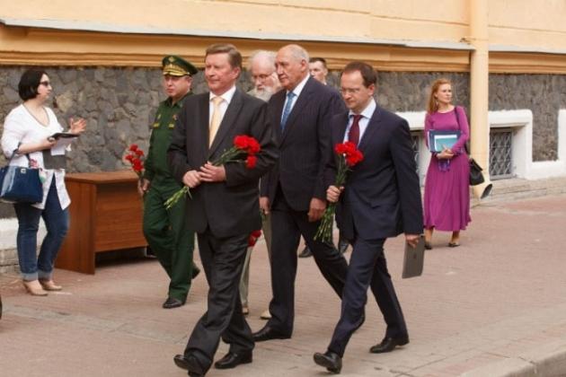 Сергей Иванов и Владимир Мединский идут открывать доску фашистскому пособнику Карлу Маннергейму