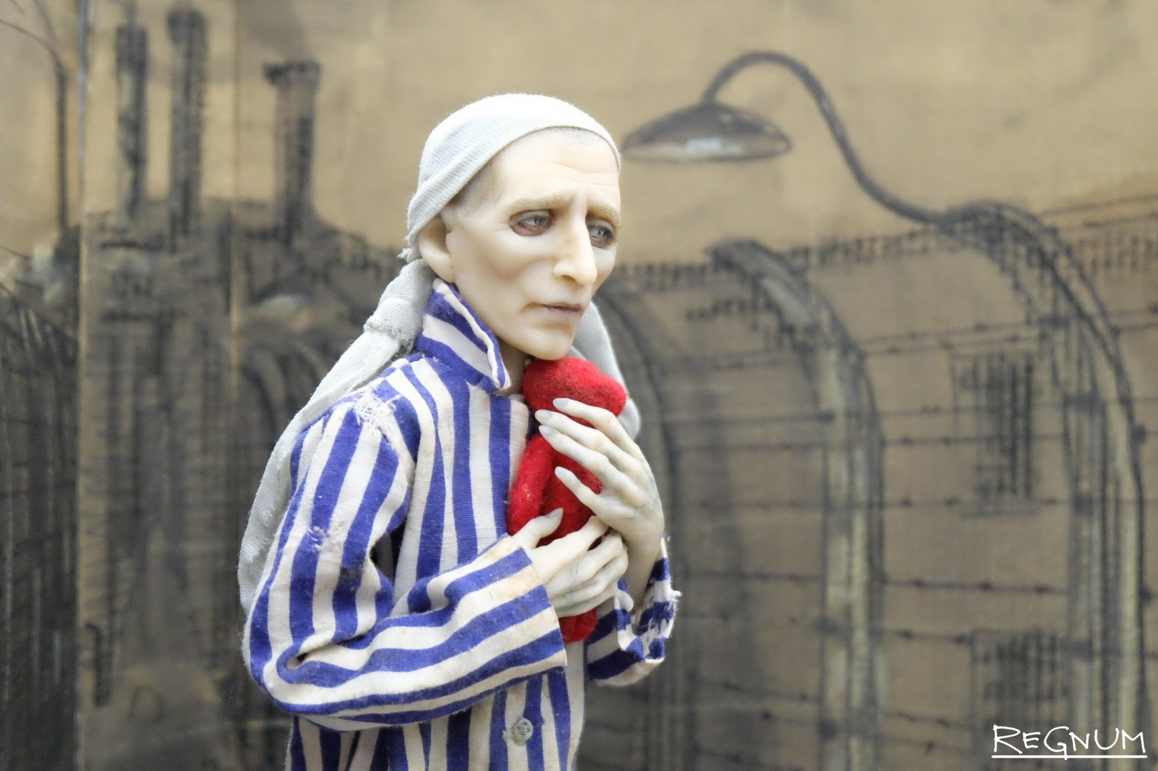 Международный салон авторской куклы. Прижимая к сердцу  — фрагмент инсталляции «История одного мишки»