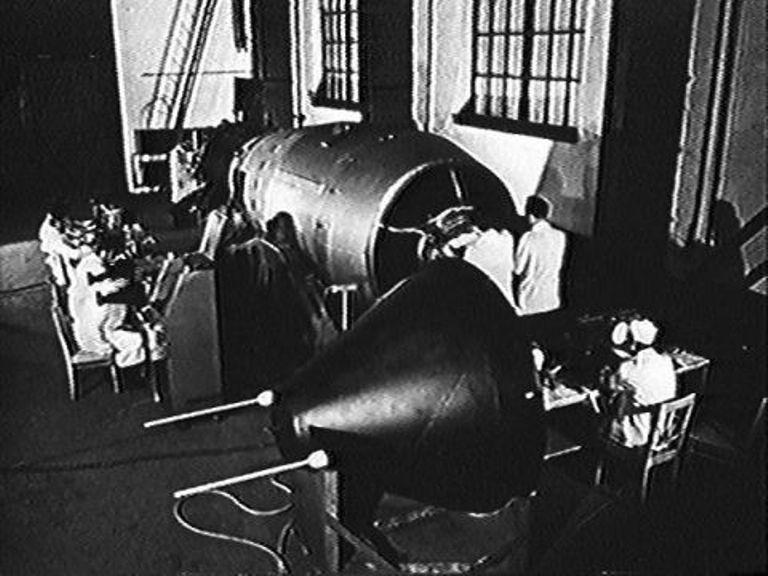 Бомбу собрали в Арзамасе-16 (т.е. в закрытом городе Саров). Она весила 27 тонн; ее длина была 8 метров