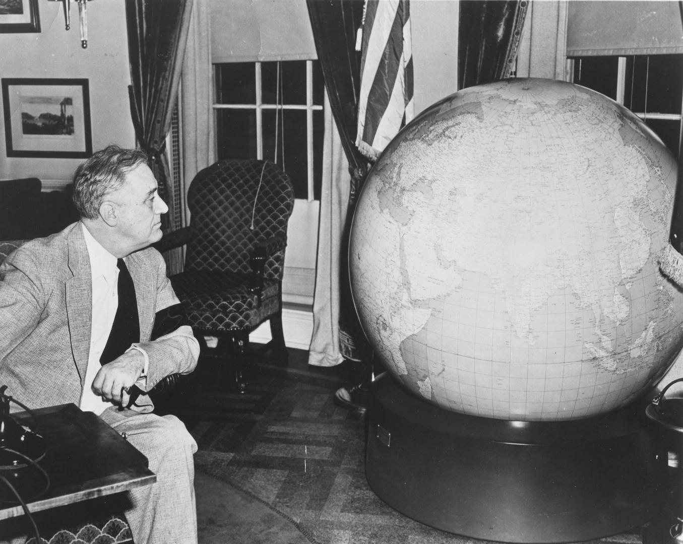 Рузвельт и армейский глобус, 1942