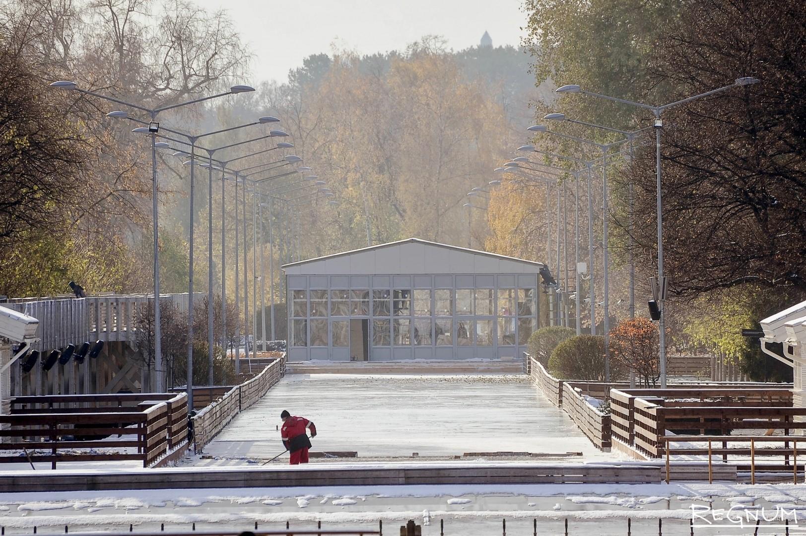 Подготовка катка в Парке Горького