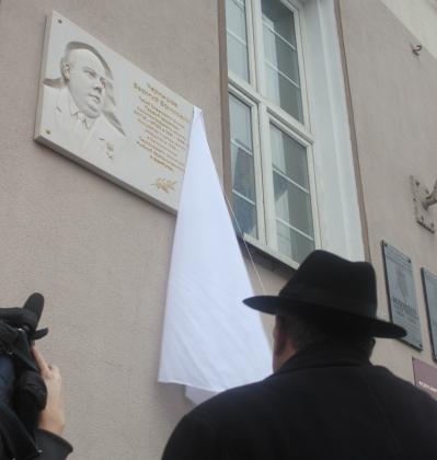 Автор памятного знака скульптор Фёдор Мороз во время открытия произведения