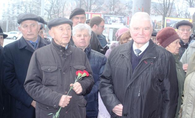 Бывший губернатор Владимир Егоров (справа) на открытии памятного знака Чернышёву