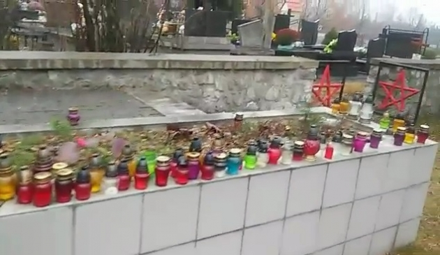 Вход на кладбище красноармейцев в Олькуше обрамляют красные звёзды