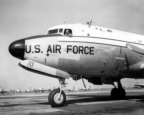 Президент Франклин Рузвельт на C-54 Skymaster (самолёт с названием «Священная корова»)