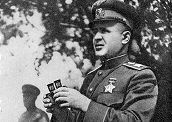 Маршал авиации Александр Новиков на командном пункте. 1943