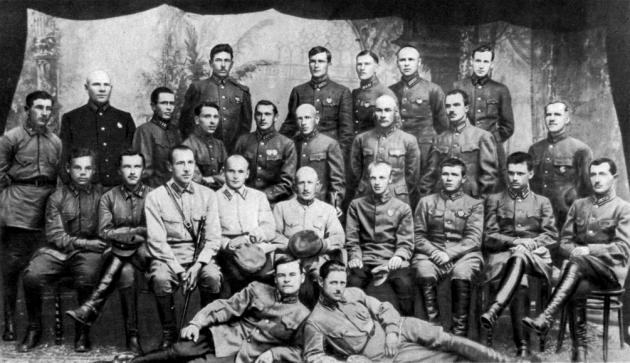 Слушатели Кавалерийских курсов усовершенствования командного состава РККА. Жуков стоит во втором ряду. 1925