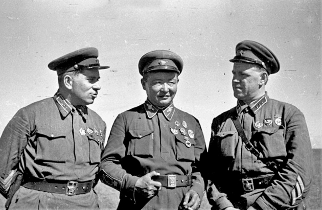 Командарм 2-го ранга Г. М. Штерн, маршал Монгольской Народной Республики Х. Чойбалсан и командир корпуса Г. К. Жуков на командном пункте Хамар-Даба. Халхин-Гол, 1939 год