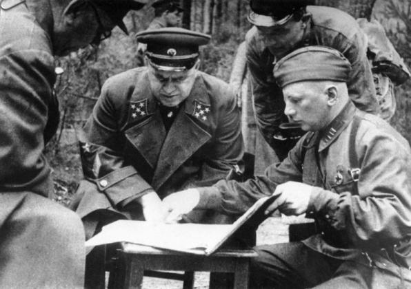 Командующий Резервным фронтом генерал армии Георгий Константинович Жуков с офицерами на совещании на командном пункте под Ельней. 1941